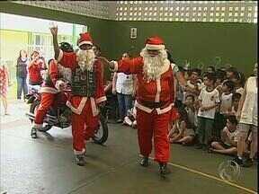 Papais Noéis motoqueiros fazem a festa de crianças de escolas de Maringá - Grupo de amigos se reuniu para dar presentes para mais de mil crianças