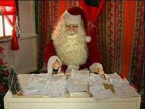 Papai Noel pede ajuda para atender cartinhas de crianças - Centenas de crianças que têm visitado a casa do papai Noel, em frente à catedral, estão deixando cartinhas pedindo presentes.