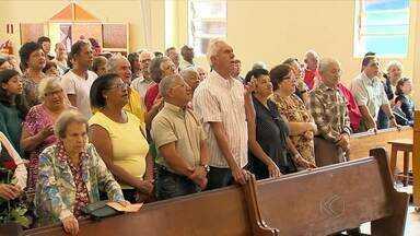 Paróquia do Bairro Santa Luzia em Juiz de Fora recebe fiéis para o dia da padroeira - Centenas de pessoas participaram das comemorações pelo dia Santa Luzia, nesta sexta-feira (13).