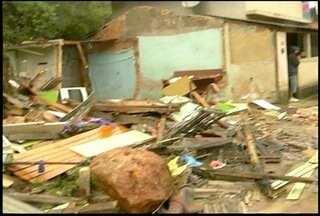 Defesa Civil de Nova Friburgo, RJ, interdita área de deslizamento - Imóvel foi atingido por deslizamento de pedra.Moradores conseguiram se salvar.