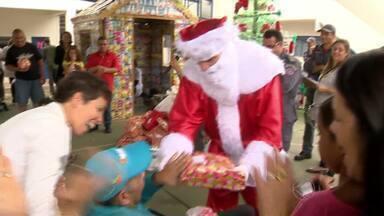 'Papai Noel dos Correios' entrega presentes em Juiz de Fora, MG - Cerca de 400 meninos e meninas ganharam os presentes que pediram pelas cartas ao correio, nesta sexta-feira (13).
