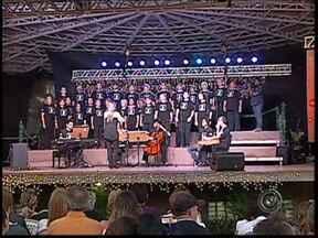 'Vozes de Natal' reúne mais de 2 mil pessoas em Tatuí - Evento organizado pela TV TEM foi realizado na Praça da Matriz. Durante mais de duas horas, seis grupos de canto coral de diversas cidades do interior paulista se apresentaram em clima de comemoração ao Natal que se aproxima.