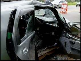 Três pessoas ficaram gravemente feridas em acidente na BR-381 - Segundo Bombeiros, condutor estaria correndo em alta velocidade.