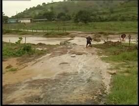 Chuva causa estragos em Tumiritinga, no Leste de Minas - Ponte que dá acesso a zona ruaral ficou danificada.