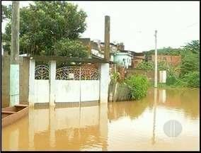 Seis famílias estão desabrigadas em Bom Jesus do Itabapoana, RJ - Rio que passa pela cidade está sendo monitorado.Em uma semana 40 famílias foram retiradas de casa.