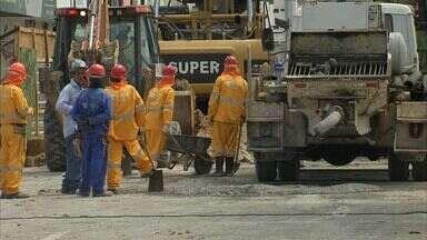 Obras no Papicu geram desvios no trânsito e complicam a vida dos motoristas - Agentes da AMC coordenam trânsito no local.