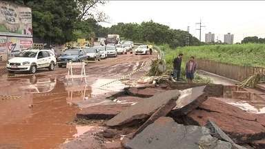 Temporal provoca estragos e morte em Goiânia - Um temporal voltou a produzir cenas de estragos. Em Goiânia, uma chuva de duas horas matou uma pessoa e outra está desaparecida. O asfalto cedeu em várias ruas.
