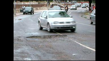 Após chuva, motoristas sofrem com prejuízos em Cachoeiro, Sul do ES - Os motoristas reclamam de buracos abertos nas avenidas, lama, e até muros e barrancos caídos em pistas importantes.