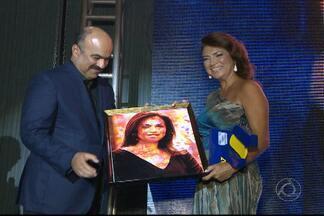 JPB2JP: Apresentadora do JPB2 recebe homenagem - Rede Paraíba de Comunicação ficou com 7 troféus.
