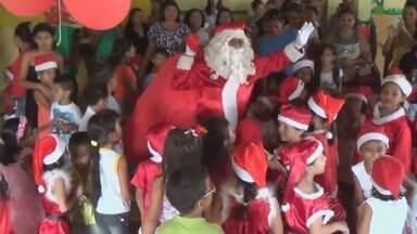 Centros infantis festejam a chegada do Papai Noel, em Parintins - Cidade já está enfeitada para o Natal.
