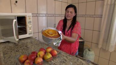 Doceira de Alfredo Vasconcelos, MG, ensina receita de bolo de nectarina - Dica é boa opção para café da manhã e festas de fim de ano.