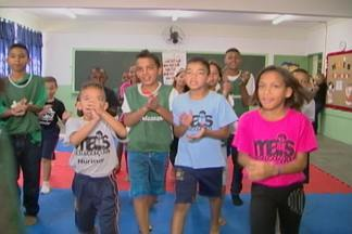 Alunos de Ferraz gastam energia participando de aulas gratuitas de circo - A atividade faz parte de um programa do Governo Federal.