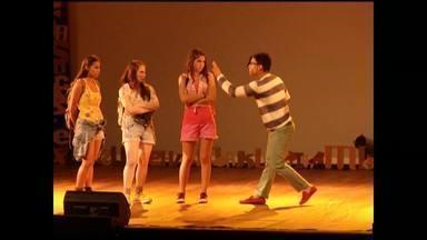 Diana confere apresentação do musical 'Tudo por um popstar' - Ela conversou com fãs e elenco do espetáculo, baseado em livro de Thalita Rebouças.