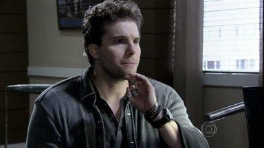 Niko diz a Silvia que quer fazer o exame de DNA em Fabrício - A advogada acha que ele enlouqueceu