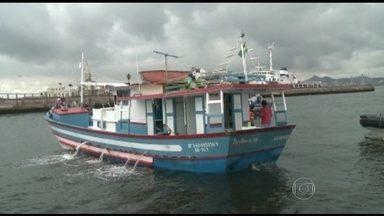 Operação contra pesca predatória é realizada na Baía de Guanabara - Fiscais da coordenadoria de combate a crimes ambientais, policiais militares do Batalhão de Meio Ambiente e agentes do Ibama flagraram as embarcações durante um patrulhamento. Nas traineiras, foram encontradas sardinhas.