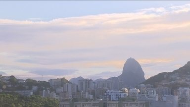 Veja a previsão do tempo para esta quarta-feira (18) no Rio - As nuvens ainda estão carregadas sobre o Sudeste. E elas deixam o tempo instável. O céu fica nublado e o sol aparece. Mas há possibilidade de chuva fraca e rajadas de vento ao longo do dia.
