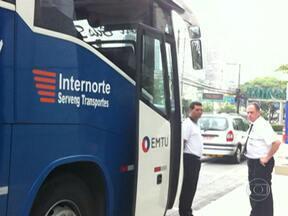 Empresas oferecem serviço de transporte para o aeroporto de Cumbica, em Guarulhos - Uma das principais dificuldades dos passageiros é conseguir chegar ou sair do aeroporto pela falta de linhas de metrô ou trem que ligue o aeroporto ao Centro de São Paulo.