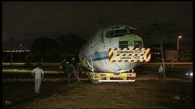 Um dos últimos aviões da Vasp é leiloado em Brasília - Na madrugada desta sexta-feira (20), um dos últimos aviões da Vasp foi retirado do Aeroporto JK. O Boeing 737 foi arrematado em um leilão e está sendo levado para o Paraná.