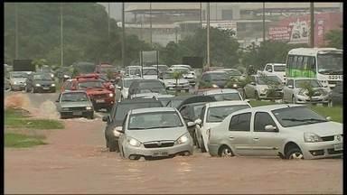 Distrito Federal tem vários pontos críticos de alagamento - O verão no DF começou chuvoso e com alagamentos. Os pontos críticos e com riscos se estendem por toda a capital. A orientação é que os motoristas e pedestres evitem esses locais.