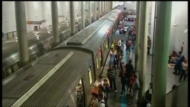 Metrô para por 15 minutos no fim da tarde desta segunda (23) - Segundo a assessoria do metrô, o pé de um passageiros teria ficado preso na porte de um dos trens. Um outro passageiro, que estava num vagão arás, teria pulado na linha dos trens. Para evitar um acidente, a energia foi desligada.
