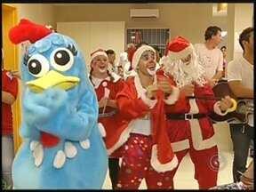Hospital do Câncer em Jales, SP, realiza festa de Natal para pacientes - Pacientes do Hospital do Câncer em Jales (SP) participaram de uma festa de Natal. Voluntários cantaram músicas e um grupo de palhaços divertiu o público. Também teve um momento de oração