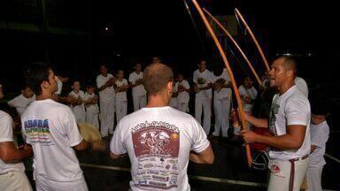 Professor usa a capoeira para ajudar crianças e adultos - Pessoas encontram no gingado e no ritmo do berimbau, lições de disciplina, respeito ao próximo e superação