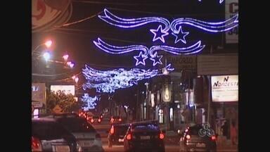 Luzes e cores anunciam a chegada do Natal em Ji-Paraná - Principais avenidas da cidade receberam decoração especial, que deixam o clima ainda mais festivo.