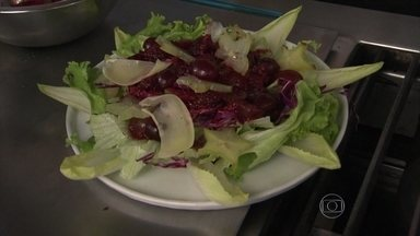 Salada de Natal ajuda a deixar a ceia mais leve - Para montar um linda e deliciosa salada, use alface americana, endívias, repolho roxo e molho de frutas vermelhas. Lascas de parmesão dão um toque especial.