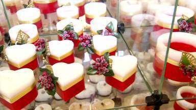 Venda de velas decorativas em Itatiaia, RJ, cresce no período de Natal - Em alguns estabelecimentos de Penedo, a saída desses produtos chegou a dobrar.
