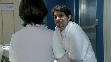 Luciano pede para passar o Natal com Joana, mas leva um fora - Sem querer envolvimento com o rapaz, ela se recusa a ir para sua casa
