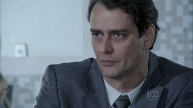 Eron decide tirar Fabrício de Niko - Pressionado por Amarilys, o advogado confessa que se arrependeu de ter entregue o bebê para o ex-companheiro e decide exigir um segundo exame de DNA