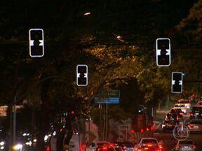 Problemas nos semáforos e na sinalização de trânsito tem um caso mais absurdo do que outro - Apagados, piscando ou desorganizando o trânsito, a Retrô Anormal relembra os casos mais estranhos dos semáforos de São Paulo.