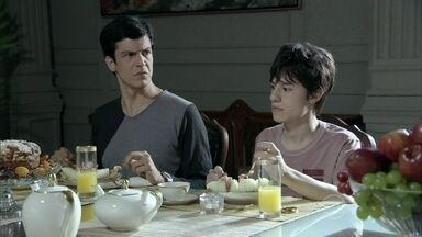 Pilar diz que vai avisar a Paloma que Félix voltou para casa - Félix desconfia de Maciel e Pilar se desculpa com o motorista, que fica irritado por ter que esconder o romance entre os dois.