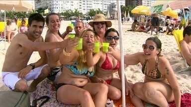 Cariocas e turistas contam as horas para o maior Réveillon do planeta - A previsão é de que 2 milhões de pessoas façam a festa nas areias de Copacabana. Gente do mundo inteiro chegou cedo para conseguir um lugar na praia.
