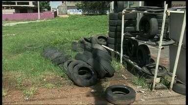 Moradores de Samambaia reclamam do acúmulo de pneus velhos - Segundo os borracheiros da região, a administração parou com o serviço de coleta nas ruas há seis meses. A administração disse que a responsabilidade pelo descarte é de cada borracheiro.