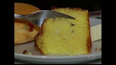 Aprenda a receita do bolo de mandioca pubada - O diferencial da receita é que a mandioca é pubada, ou seja, a mandioca fermentada.. O bolo de mandioca pubada é tradicional no norte de Minas Gerais.