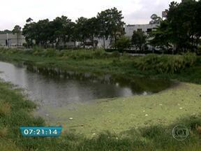 Funcionários do CCOI verificam situação de piscinões da capital - O trabalho de zeladoria dos piscinões se juntou ao Centro de Controle Integrado (CCOI). Funcionários do centro conferem a situação dos reservatórios. De acordo com a supervisão do CCOI, o nível dos piscinões não é preocupante.