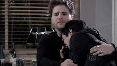 Félix chora ao falar da relação com o pai - Niko acredita na redenção do vilão