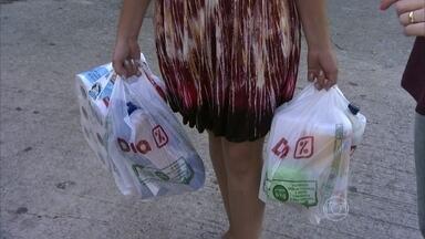 Veja dicas para carregar sacolas pesadas - A terapeuta ocupacional Raquel Matos recomenda distribuir o peso nas duas mãos para evitar o desequilíbrio do corpo e as dores nas articulações.