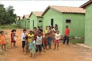 Famílias invadem casas e alegam atraso em obras de casas de programa social, em Goiás - O projeto da prefeitura de Bela Vista de Goiás prevê a construção de 100 casa. Com algumas delas prontas, oito famílias as invadiram. Eles alegam estarem cansados de esperar que a promessa saia do papel.