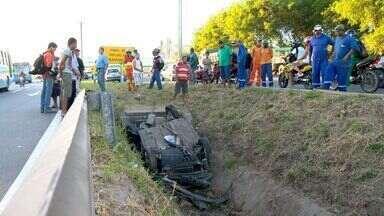 """Carro cai com rodas para cima em vala após batida em Vila Velha, ES - Motorista do carro de passeio se feriu levemente no grave acidente.'Ele nasceu de novo"""", disse soldado do Corpo de Bombeiros."""