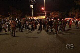 Revoltados com demora de ônibus, passageiros fazem protesto em Goiânia - A manifestação aconteceu na noite de quarta-feira (15), no Terminal Novo Mundo.