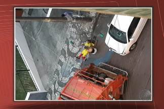 Carro bate em caminhão de lixo e prensa perna de gari na manhã desta quinta - O acidente ocorreu perto do Hospital da Bahia, no bairro da Pituba.