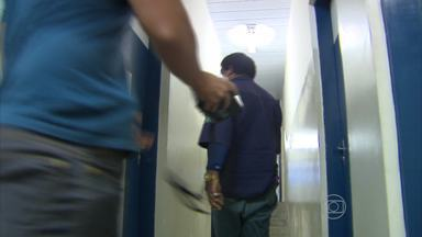 Segurança particular é flagrado entregando arma a adolescente - Ele trabalha no centro do Recife é suspeito de alugar uma arma que poderia ser usada em assaltos.
