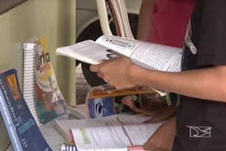 Uma boa opção para economizar na compra de material escolar é troca de livros usados - Papelarias e livrarias funcionando a todo vapor, pais que procuram diminuir os gastos com a lista de material escolar.