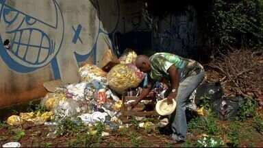 Moradores do bairro José Abrão reclamam do lixo nas ruas - Parte do lixo retirado das ruas do bairro foram depositados na associação de moradores do bairro