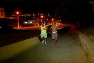 Moradores reclamam da escuridão na Via Expressa, em Nova Friburgo, RJ - Iluminação precária gera riscos para as pessoas que fazem caminhada no local.
