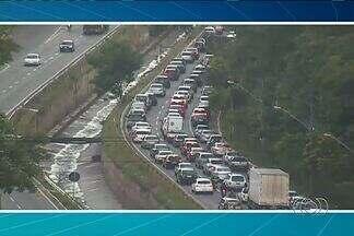 Seis veículos se envolvem em acidente na Marginal Botafogo, em Goiânia - Por conta da colisão, houve um grande congestionamento da pista.