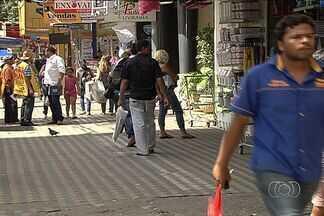 Normas de Goiânia permitem instalação de placas de propaganda por toda a cidade - Quando o assunto se trata de propaganda nas ruas, Goiânia é praticamente uma cidade sem lei. As normas em vigor permitem que as lojas exponham suas marcas ao longo de toda a fachada.