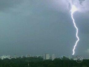 Especialistas orientam para cuidados com raios durante tempestades - Especialistas orientam para cuidados com raios durante tempestades.